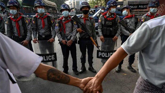 عکاس ناشناس میانماری با «انقلاب بهار» برنده جایزه عکاسی خبری فرانسه شد عکاس ناشناس میانماری با «انقلاب بهار» برنده جایزه عکاسی خبری فرانسه شد